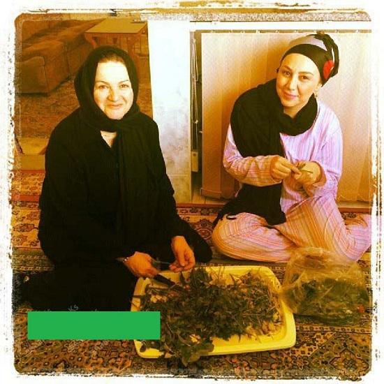 تصویر:بهنوش بختیاری با شلوار خانگی در حال پاک کردن سبزی!
